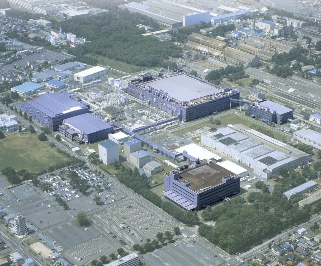 前工程を手掛ける那珂事業所。生産停止は国内外の13工場で実施される見通しだ=茨城県ひたちなか市