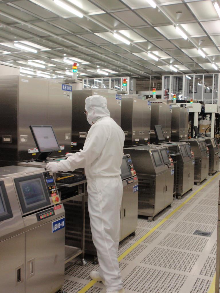 半導体は精密部品だけに、生産停止は大きな賭けとなる=茨城県ひたちなか市の那珂事業所