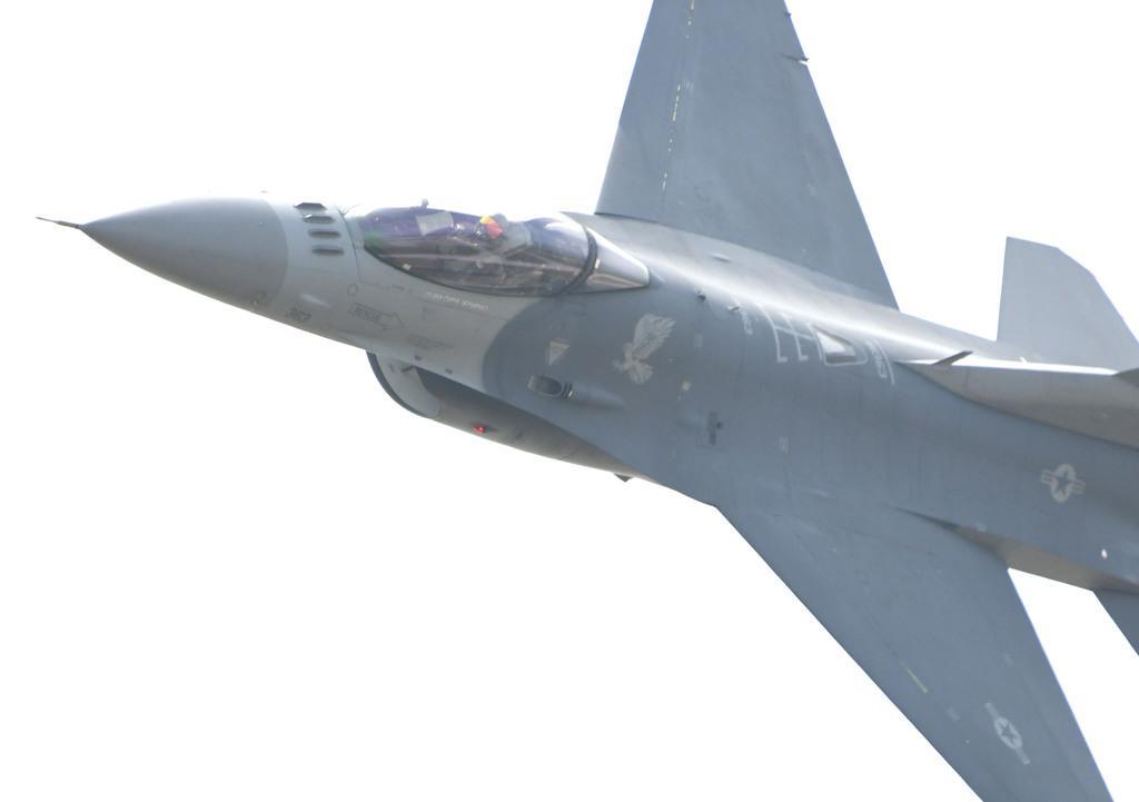 会場上空を高速でパスする米太平洋空軍(PACAF)のF-16戦闘機(岡田敏彦撮影)