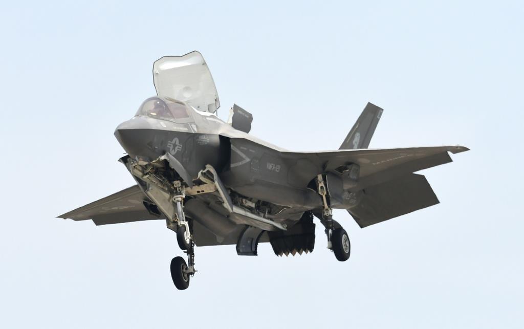 ヘリコプターのホバリングのように、空中に静止するステルス戦闘機F-35(岡田敏彦撮影)