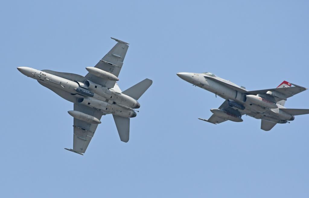 迫力あるデモ飛行を見せる米海軍のF/A-18戦闘攻撃機(岡田敏彦撮影)