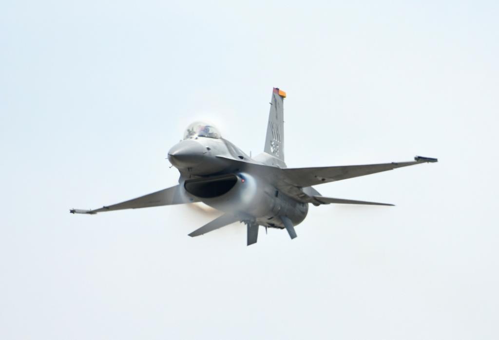 音速に近い速度で会場前面をパスする太平洋空軍(PACAF)デモチームのF-16戦闘機(岡田敏彦撮影)