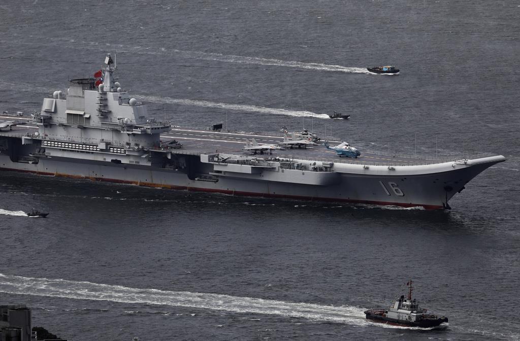 2017年7月、香港に寄港する中国初の空母「遼寧」(中央)=AP