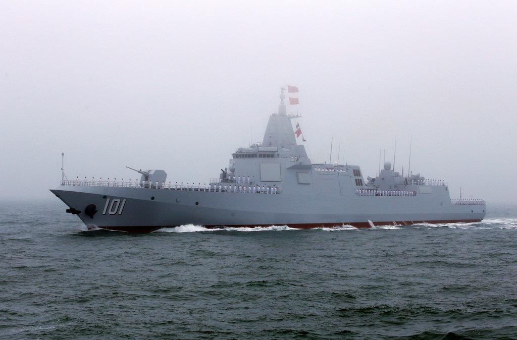 4月23日、中国・青島沖で行われた中国海軍の国際観艦式で、「南昌艦」として公開された最新鋭大型ミサイル駆逐艦「055型」(ロイター)