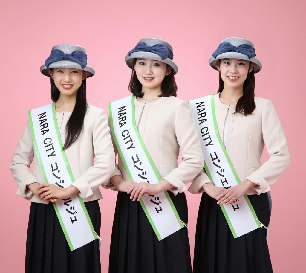 初代「NARA CITYコンシェルジュ」に就任した(左から)新子千尋さん、玉川和佳さん、塩坂真季さん(奈良市観光協会提供)