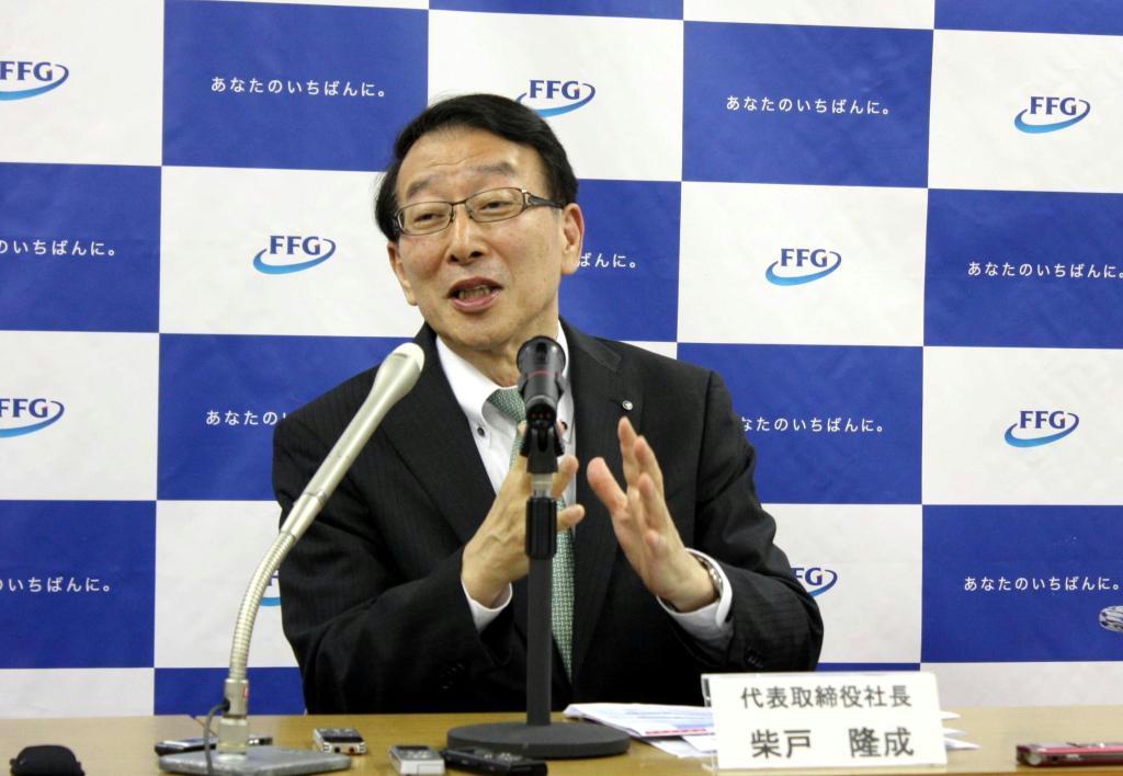 記者会見で中期経営計画について説明するふくおかFGの柴戸隆成社長=13日、福岡市中央区