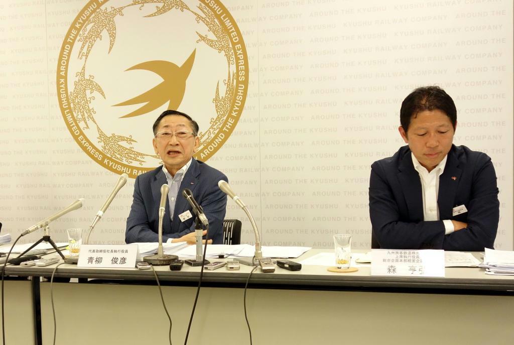 決算について説明するJR九州の青柳俊彦社長(左)