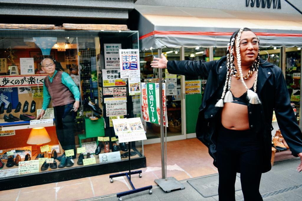 架空の女性R&B歌手に扮し、佐賀市の靴店を訪れる「ロバート」の秋山竜次さん((c)クリエイターズ・ファイル/honto+)