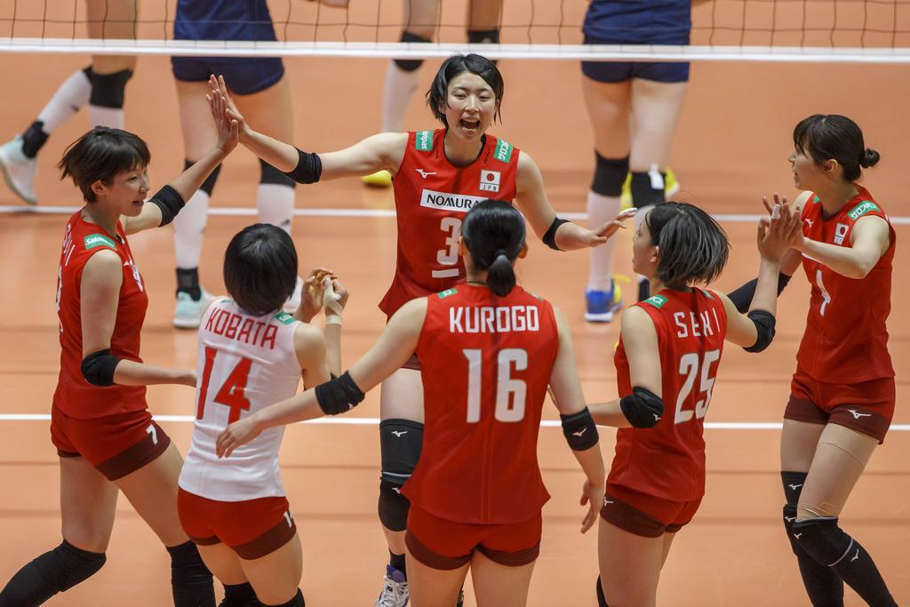 セットポイントを取り喜ぶ日本選手=13日、スイス・モントルー(Keystone=AP)