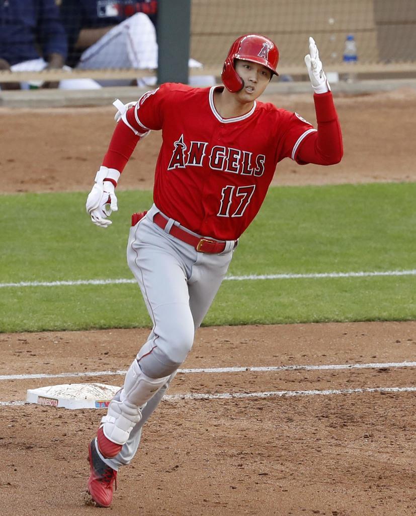 ツインズ戦の3回、復帰後初本塁打となる2ランを放ち、二塁に向かうエンゼルス・大谷=ミネアポリス(共同)