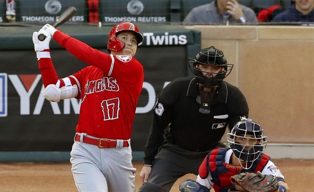 ツインズ戦の3回、復帰後初本塁打となる逆転2ランを放つ米大リーグ、エンゼルスの大谷翔平=13日、ミネアポリス(共同)