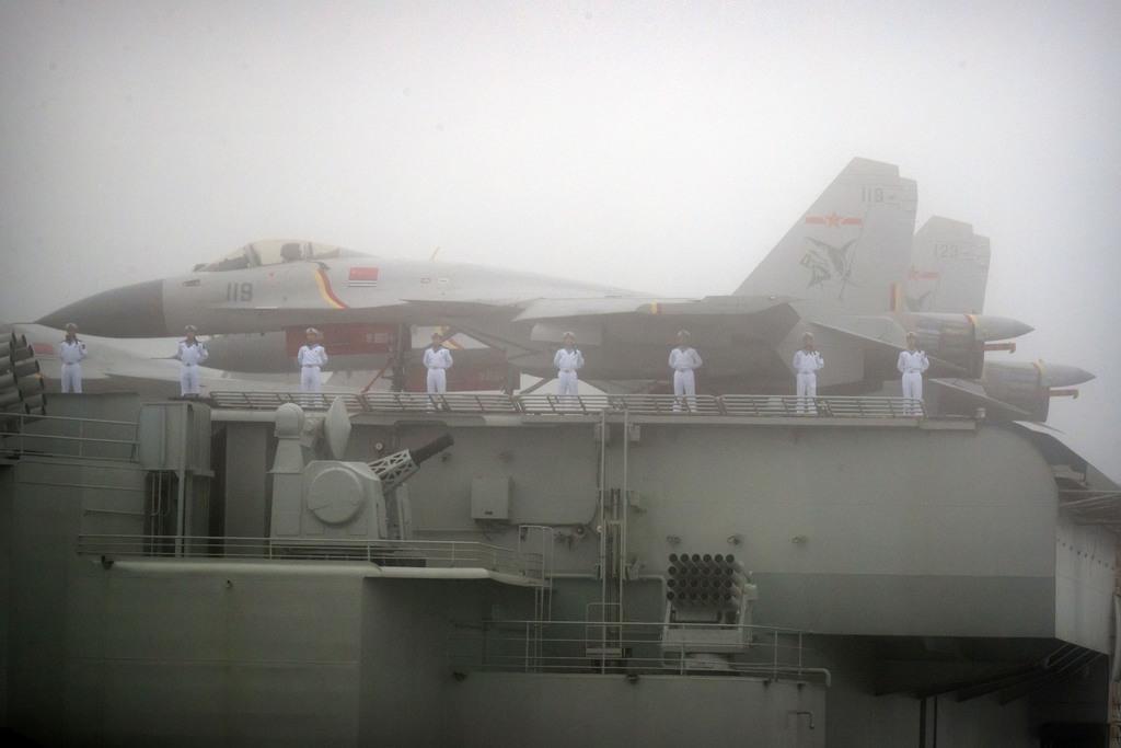 4月23日、中国・青島沖での国際観艦式に参加した中国初の空母「遼寧」の甲板(AP)