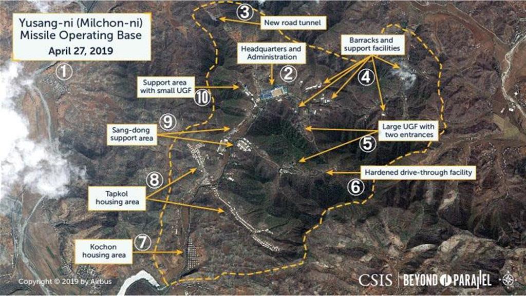 4月27日に撮影された北朝鮮の秘密ミサイル基地の衛星写真。(1)「ユサンニ・ミサイル作戦基地」(2)本部(3)新たなトンネル道(4)兵舎と支援施設(5)巨大地下施設の入り口(6)通行施設(7)居住区域(8)居住区域(9)支援区域(10)地下施設の支援区域(CSIS/Beyond Parallel/Maxar Technologies 2019提供・共同)