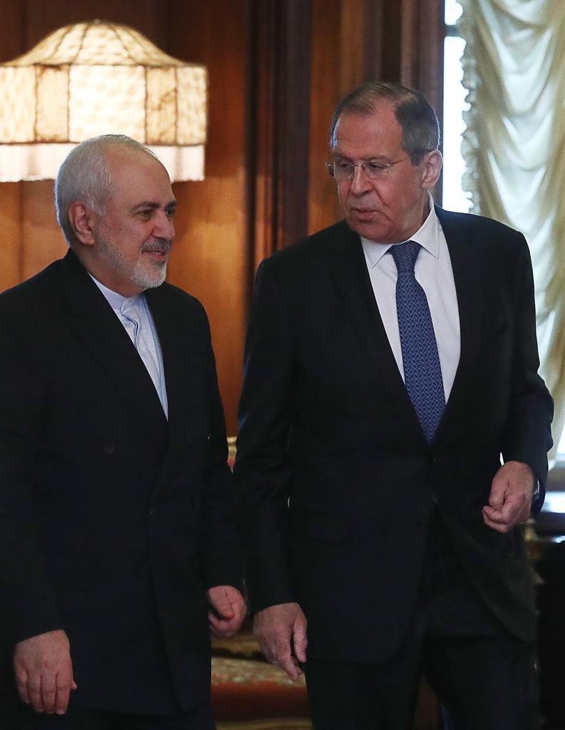 モスクワで会談したロシアのラブロフ外相(右)とイランのザリフ外相=2019年5月8日(タス=共同)