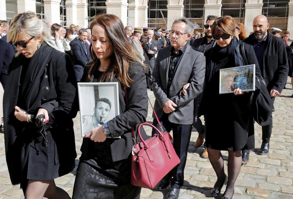 会場に到着した遺族=14日、パリ(AP)
