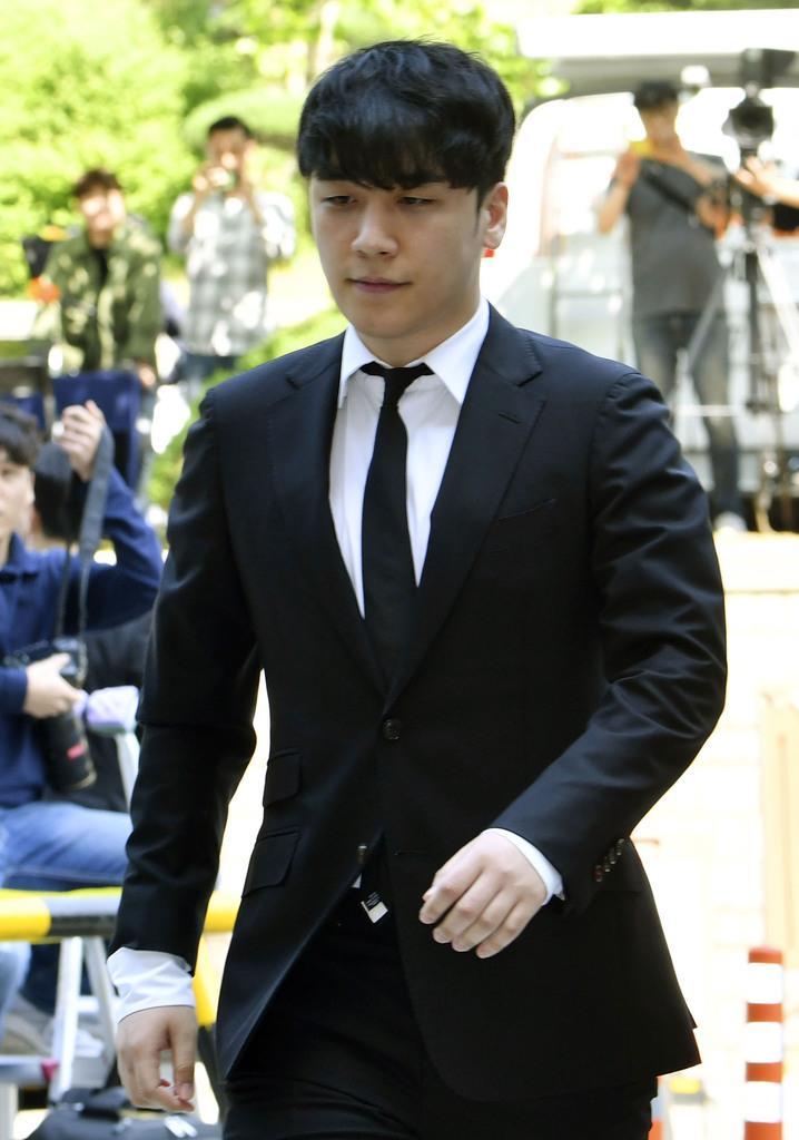 出頭する「BIGBANG」の元メンバー、イ・スンヒョン氏=14日、ソウル中央地裁(共同)