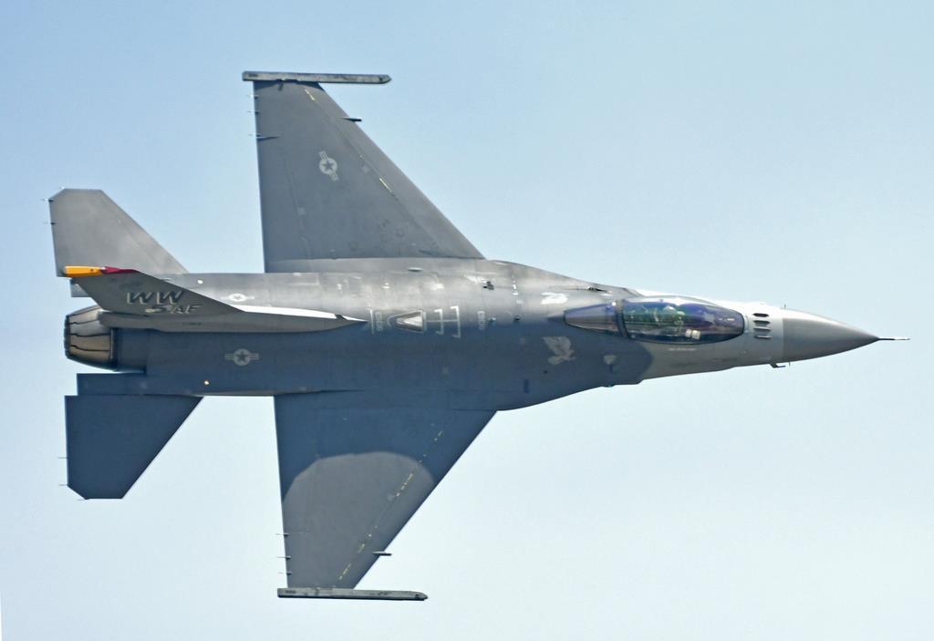 機体を傾け、観客に上面を見せて飛ぶ米太平洋空軍(PACAF)のF-16(岡田敏彦撮影)