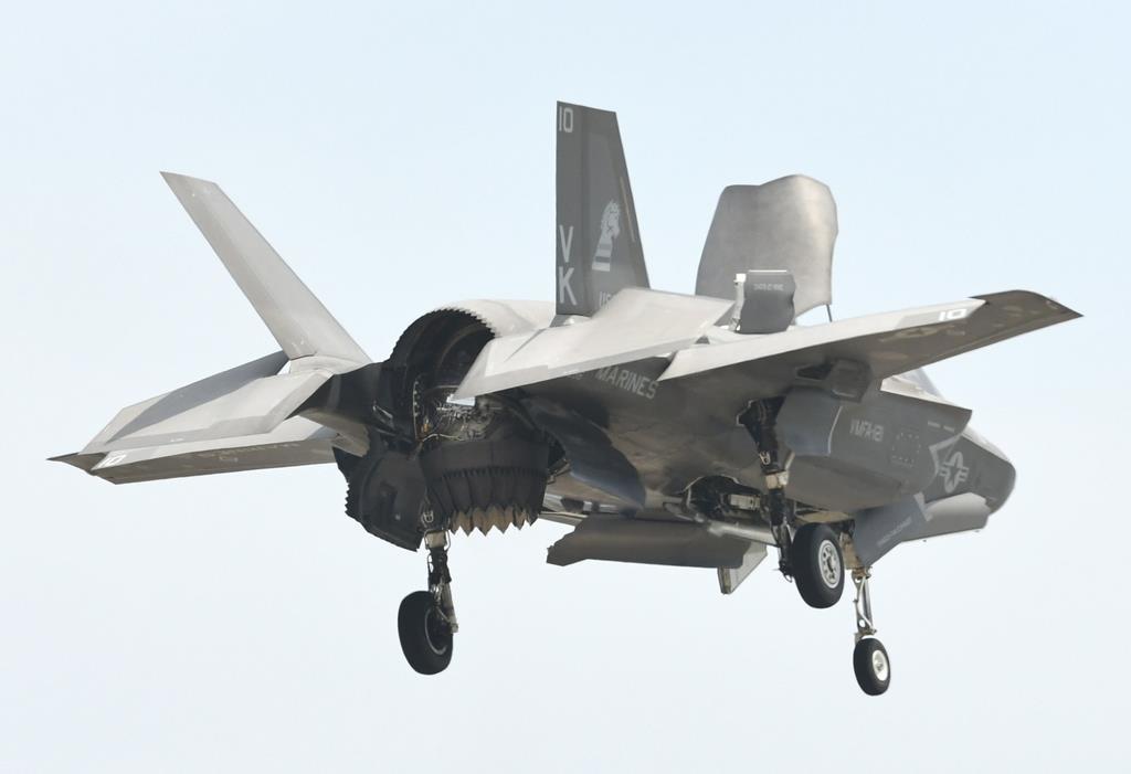 ジェットノズルを下に向け、轟音を響かせながら空中に静止するステルス戦闘機F-35(岡田敏彦撮影)