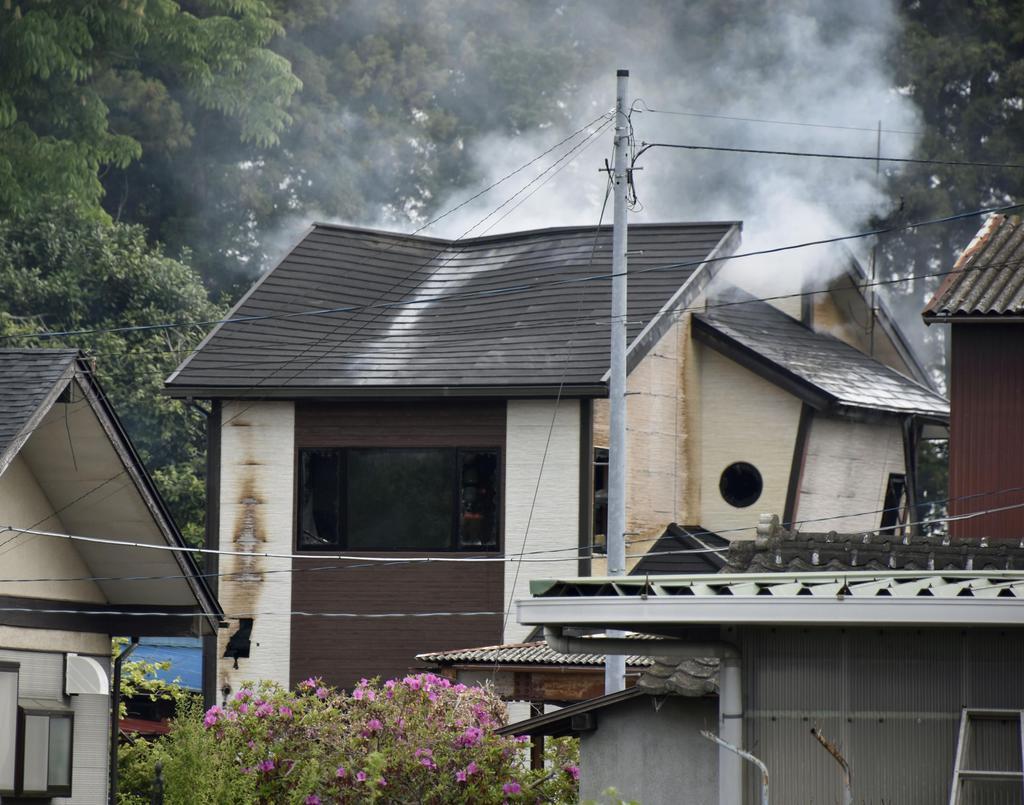 火災で煙をあげる住宅=15日午前7時8分、栃木県市貝町