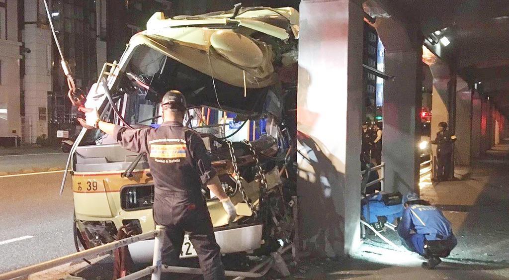 国道16号で前方の車などに突っ込んで大破した路線バス=平成30年10月29日、横浜市西区(浅上あゆみ撮影)