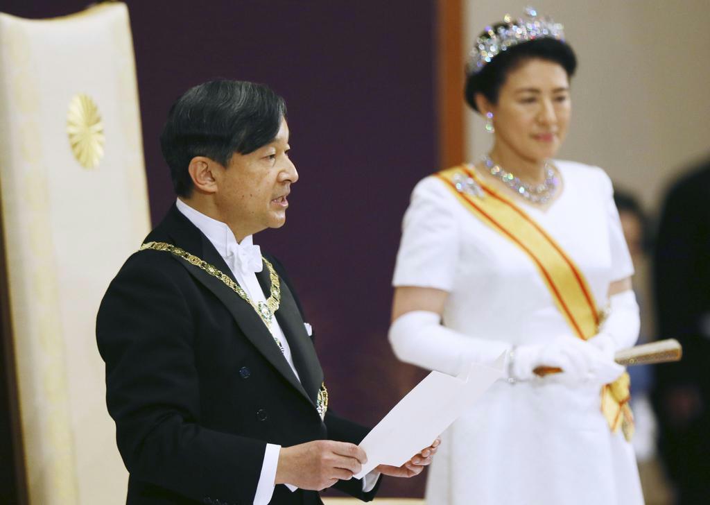 「即位後朝見の儀」でお言葉を述べられる天皇陛下と皇后さま =1日午前、宮殿・松の間(代表撮影)