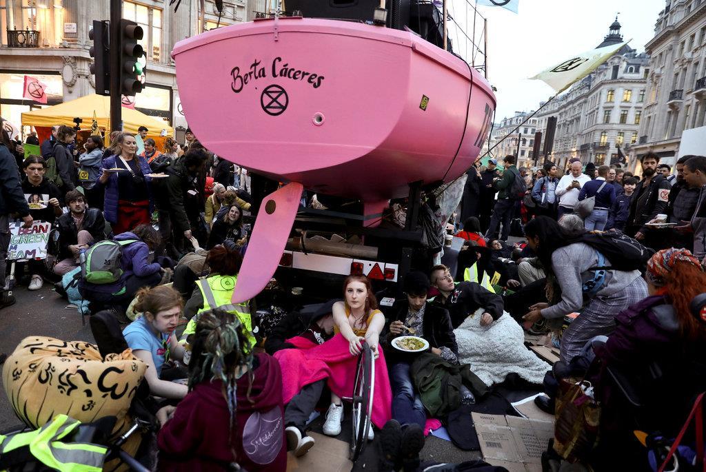 気候変動に関心を寄せ、環境団体のデモに参加する英国民(ロイター)