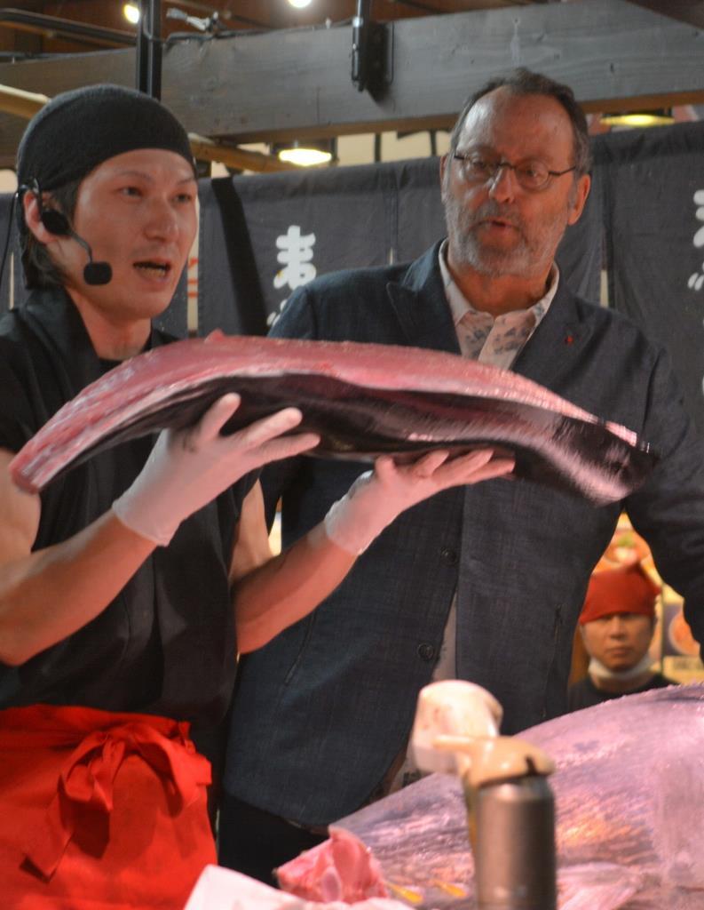 和歌山マリーナシティでマグロ解体ショーを見学するジャン・レノ氏(右)