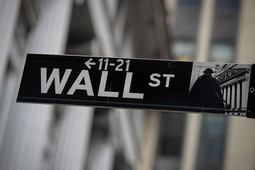ニューヨーク証券取引所の外にあるウォール街の看板(ロイター)