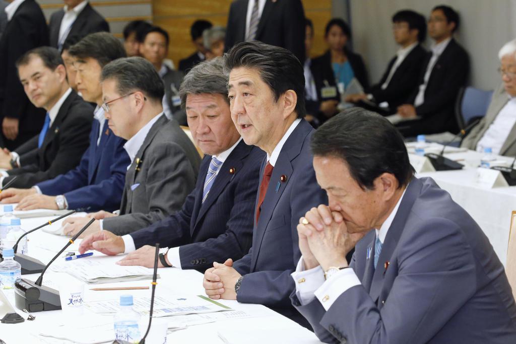 未来投資会議であいさつする安倍首相=15日午後、首相官邸