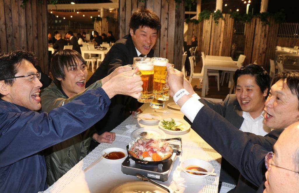 ビール飲めば、すべて解決!? ビアガーデンバーベキューを囲んで乾杯する会社員ら