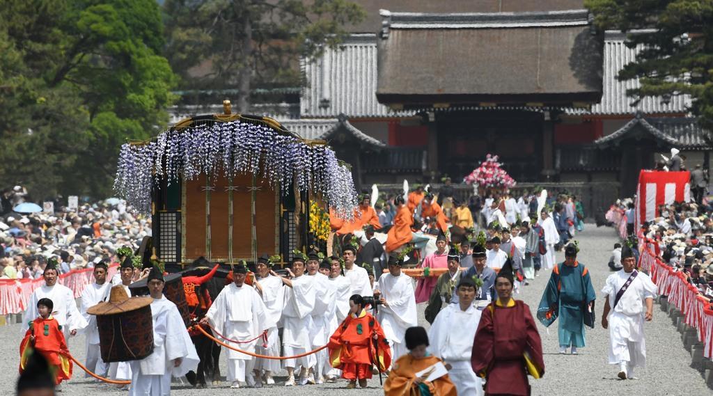 京都御所を出発する葵祭の行列=15日午前、京都市上京区(永田直也撮影)