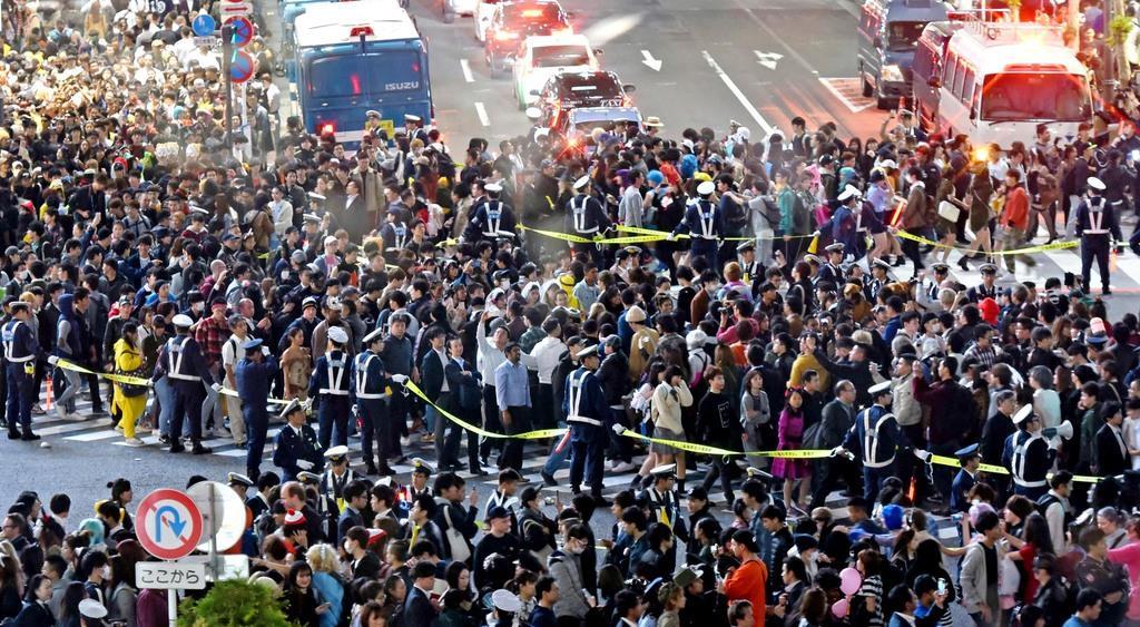 大混雑となった渋谷の名所「スクランブル交差点」。警察官が歩行者らの誘導にあたった=平成30年10月31日夜、東京都渋谷区(佐藤徳昭撮影)