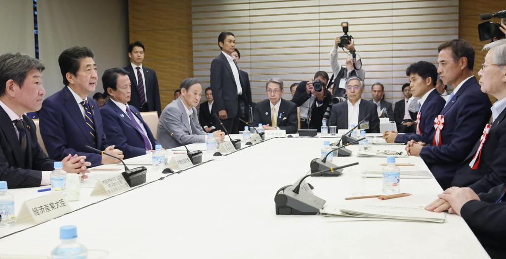 経済財政諮問会議であいさつする安倍首相(左から2人目)=14日午後、首相官邸(共同)