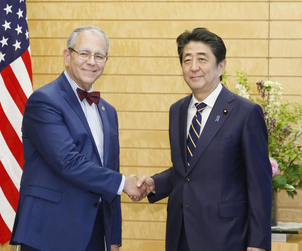 ユダヤ系米国人の互助組織「ブネイ・ブリス」のチャールズ・コーフマン会長(左)と握手する安倍首相=14日午後、首相官邸