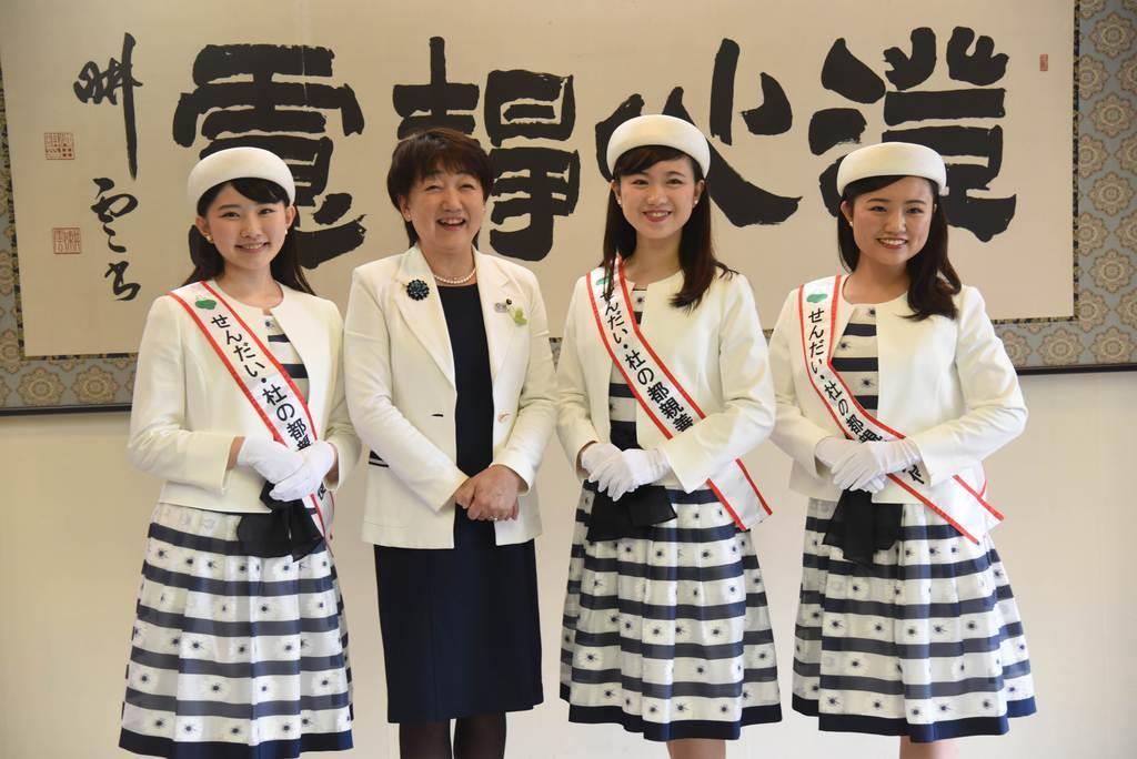 (左から)日々野愛さん、仙台市の郡和子市長、俵谷理瑶さん、渡邉あゆみさん=15日、同市役所(千葉元撮影)