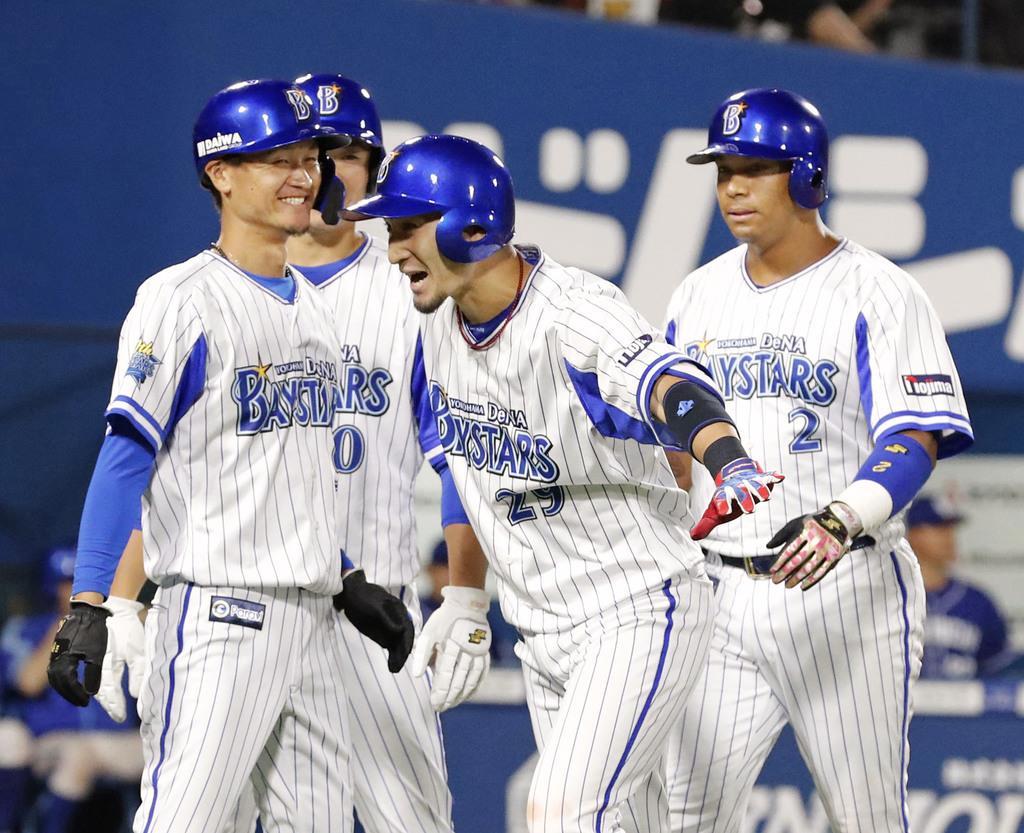 6回、満塁本塁打を放ち、喜ぶDeNA・伊藤光(中央)=横浜