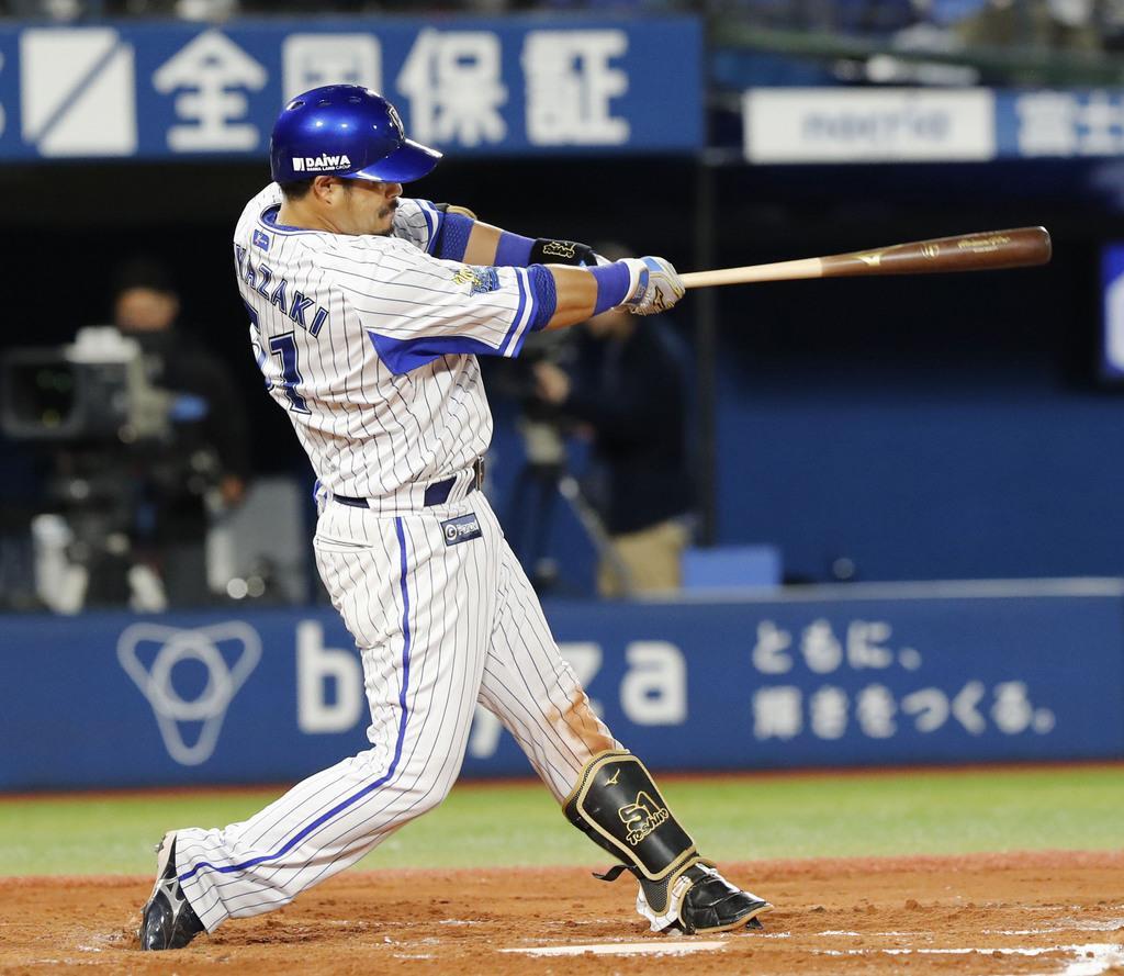 6回DeNA2死、宮崎が中越えに本塁打を放つ=横浜