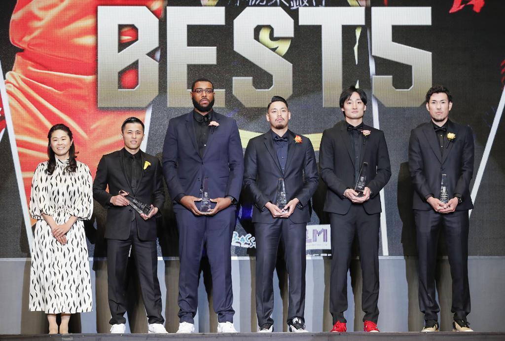 ベスト5に選ばれた(右から)三河の金丸、A東京の田中、栃木の遠藤、新潟のガードナー、千葉の富樫。左端は澤穂希さん=15日、東京都内