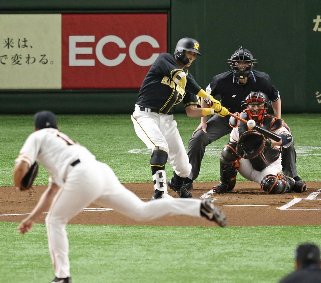 1回阪神1死一塁、糸井が右越えに先制2ランを放つ。投手菅野、捕手小林=東京ドーム