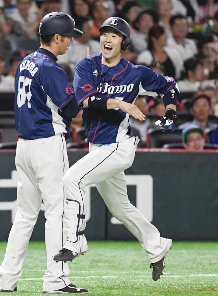 9回、逆転2ランを放ち、本塁へ向かう西武・外崎(右)=ヤフオクドーム