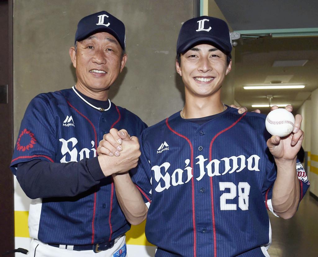 ソフトバンク戦でプロ初勝利を挙げ、記念球を手に辻監督(左)と笑顔の西武・森脇=ヤフオクドーム