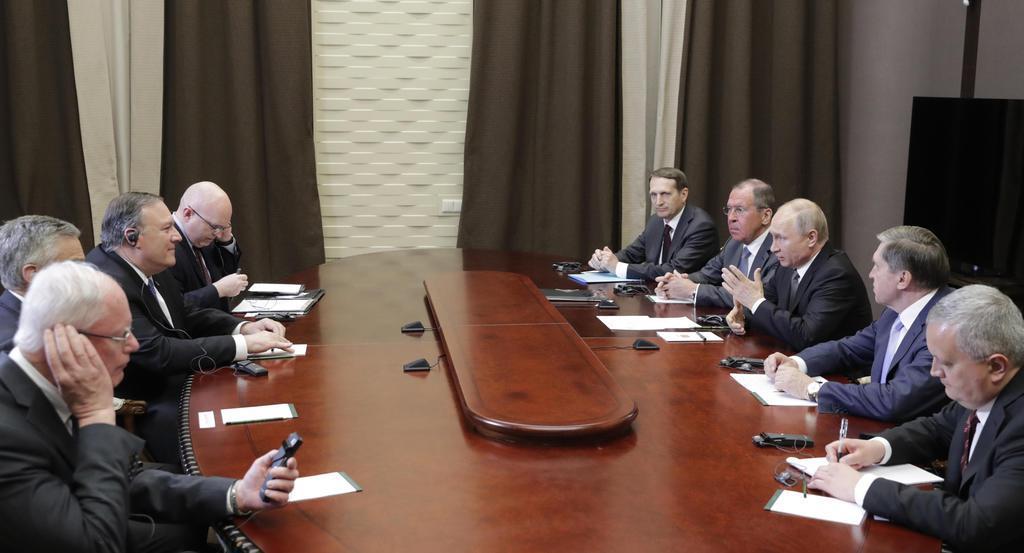 会談するロシアのプーチン大統領(右手前から3人目)とポンペオ米国務長官(左手前から3人目)ら=14日、ロシア・ソチ(タス=共同)