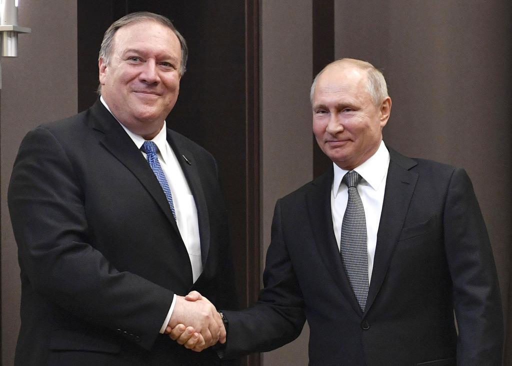 14日、ロシア・ソチで、会談に先立ち握手するプーチン大統領(右)とポンペオ米国務長官(AP)