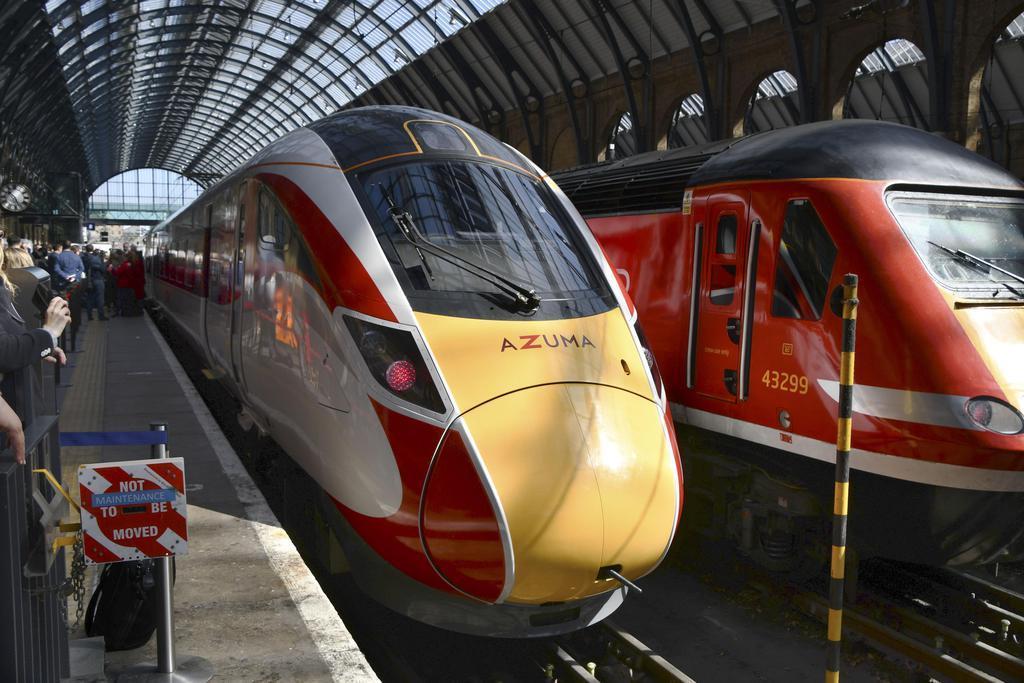 14日、ロンドンのキングスクロス駅で公開された日立製作所製の新型車両「AZUMA(あずま)」(共同)