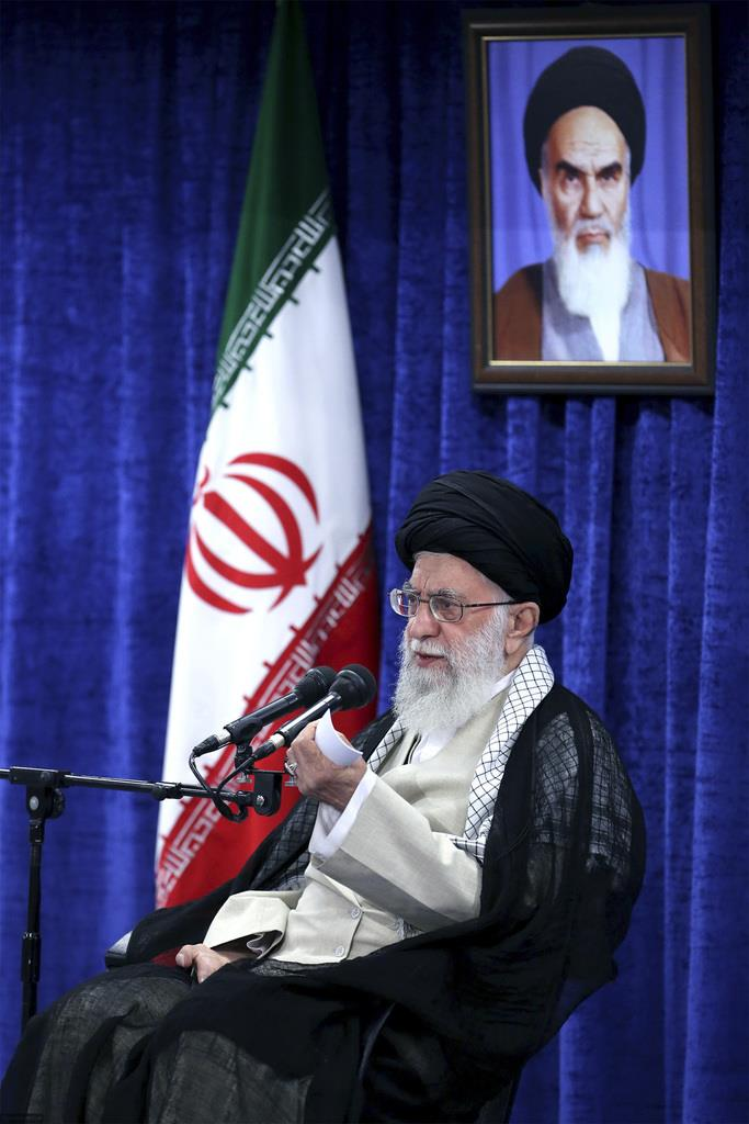 イランのイスラム教シーア派最高指導者、ハメネイ師は政府高官と会談に臨んだ=14日、テヘラン(AP)