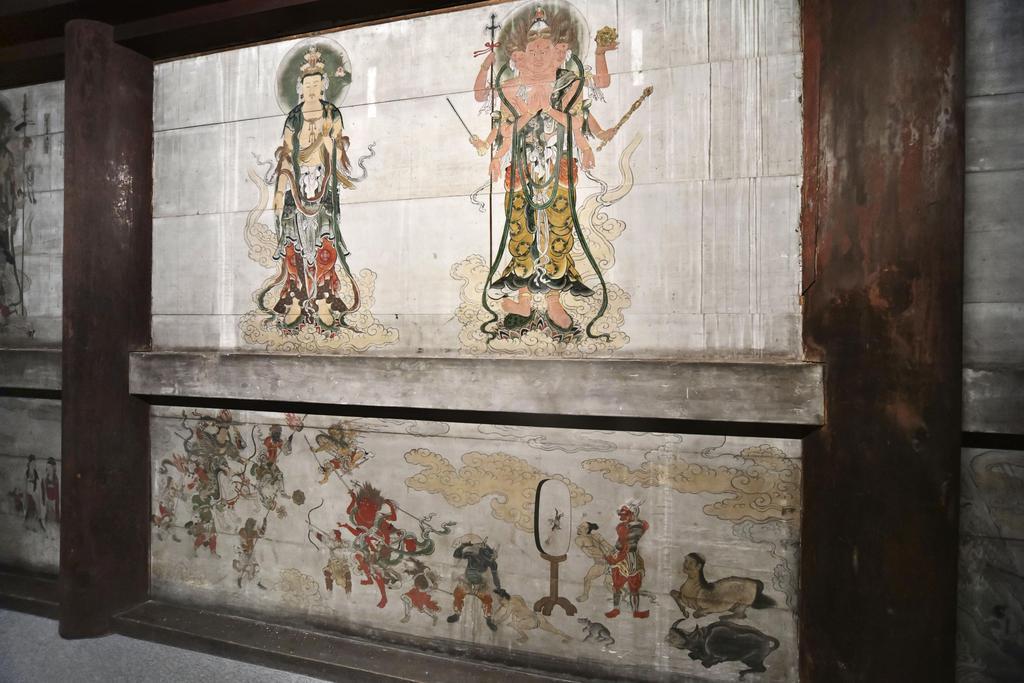 仁和寺観音堂の壁画=14日、京都市