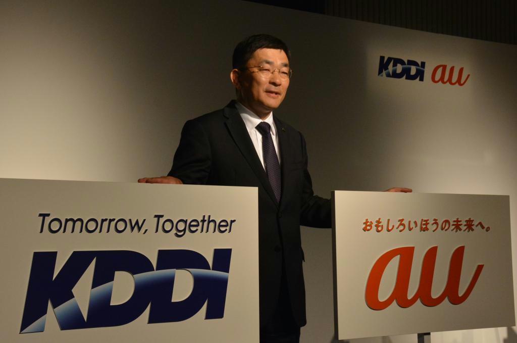 新しい企業スローガンをアピールするKDDIの高橋誠社長=15日、東京都千代田区