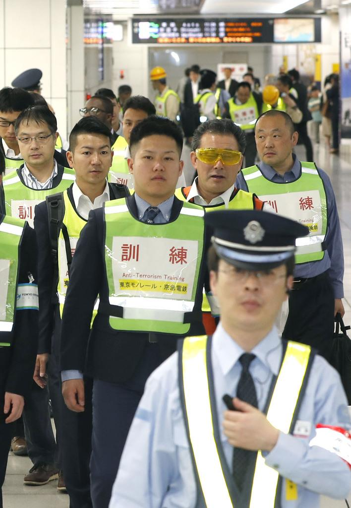 京急電鉄の羽田空港国際線ターミナル駅で行われた、乗客の避難誘導訓練=15日午前