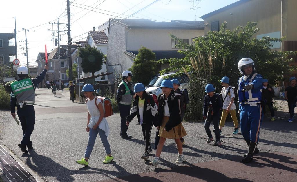 通学路で交通違反の取り締まりを行う千葉県警の警察官ら=16日午前、千葉県船橋市丸山(白杉有紗撮影)