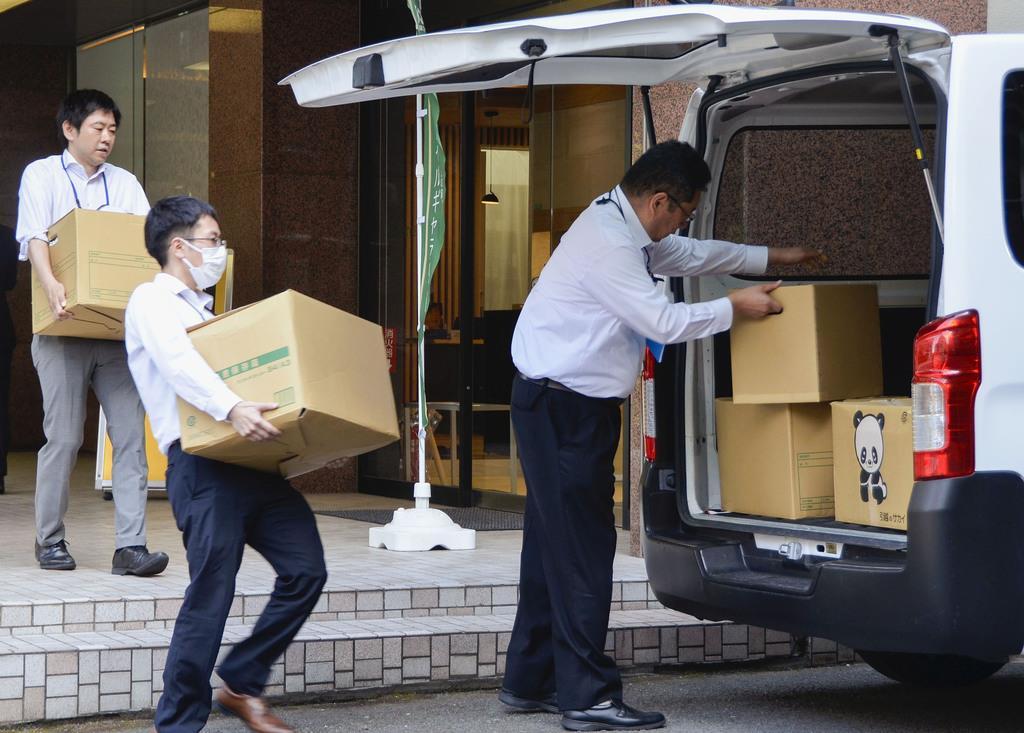 「すてきナイスグループ」の子会社の家宅捜索で、段ボールを運び出す横浜地検の係官=16日午後2時17分、横浜市鶴見区